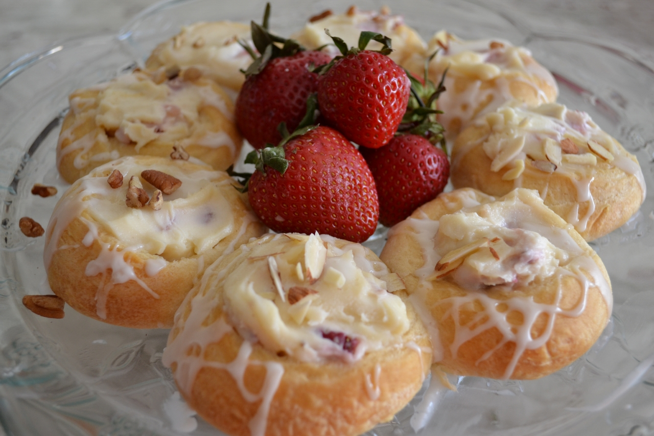 strawberry-mascarpone-breakfast-rolls