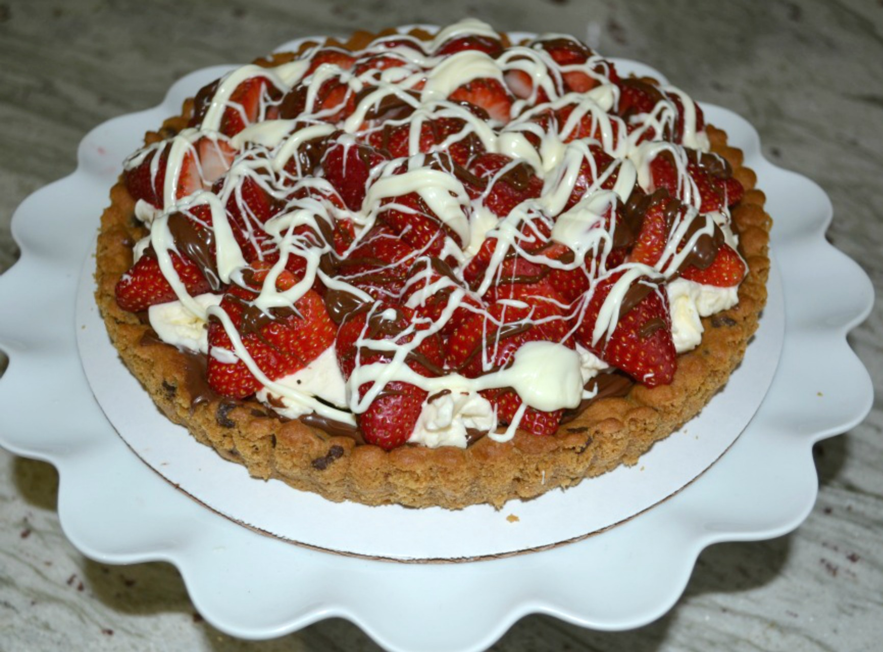 strawberr-mascarpone-hazelnut-choc-tart-drizzle-finished
